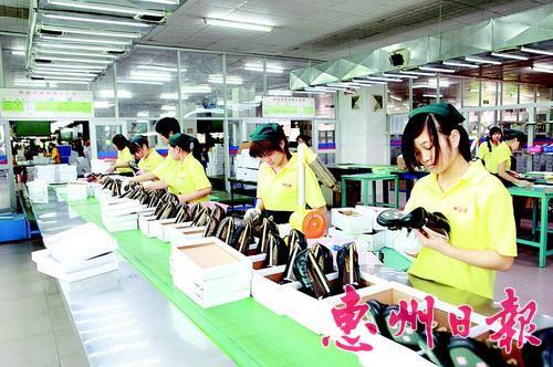 繁忙有序的鞋企生产车间。