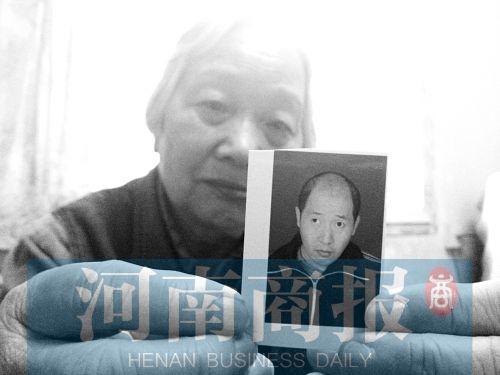 77岁母亲郑州街头寻子 怕儿子半夜敲门晚上睡客厅