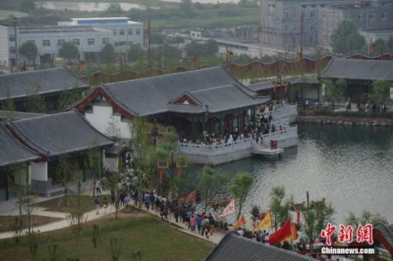 5月10日,占地6200多亩、总投资300亿,按1:1比例复建北京圆明园95%建筑群的圆明新园正式开园。圆明园是清代著名的皇家园林之一,面积5200余亩,150余景,始建于1709年(康熙48年),历时150余年建造。这一万园之园于1860年遭英法联军焚毁,文物被掠夺的数量粗略统计约有150万件。