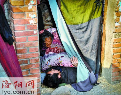 在房顶,陈相锋这样为母亲暖身体。 图片来源:洛阳网