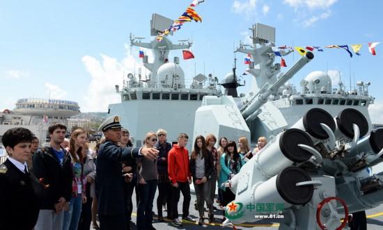 5月9日中俄艦艇開放首日,俄新羅西斯克市民紛紛登上我臨沂艦。李靖攝2