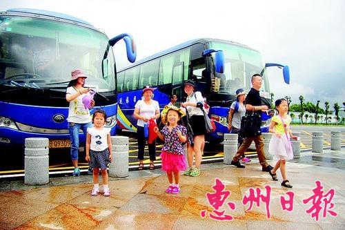 深圳游客乘坐旅游直通车到罗浮山景区游玩。 本报记者李燕文 摄
