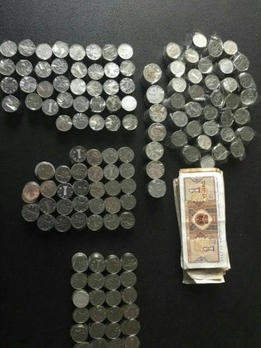 车主违停被罚用1500个硬币交罚款 交警数2小时