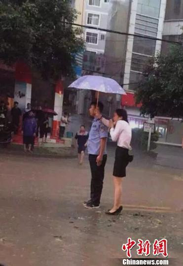 云南90后协警冰雹中批示交通 被赞最帅交警哥
