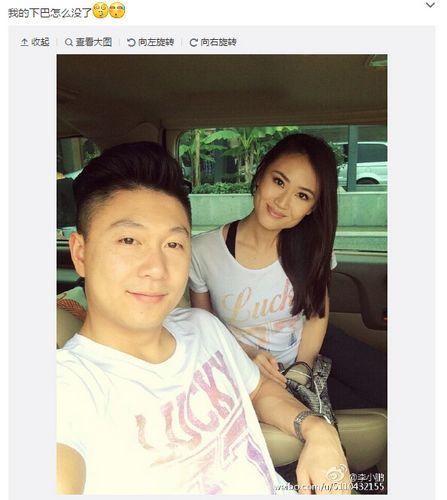 李小鹏与妻子穿情侣装合照女方容貌甜美(图)
