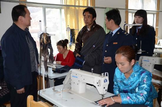 海东化隆县国税局工作人员深入企业图片