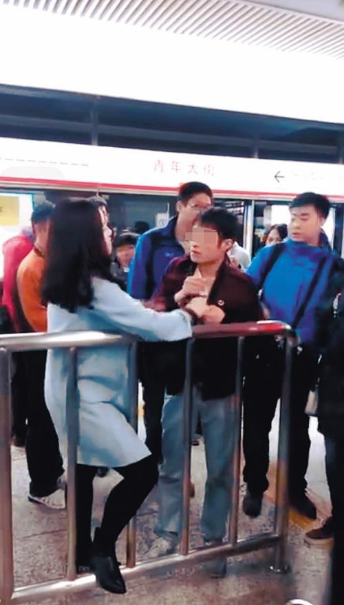 """沈阳""""女汉子""""地铁内被揩油 转身抓住猥亵男"""