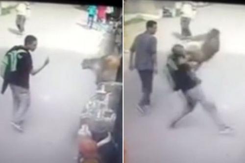 视频截图:印度一名男子日前对一只猴子竖中指,没料到竟然遭猴子将其踢倒在地。