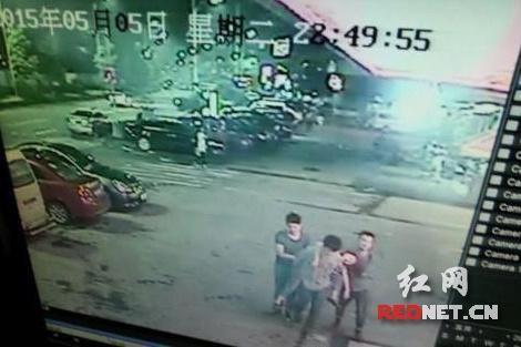 酒店监控视频显示,5月5日晚10:49分,三名男子将不省人事的佩佩(化名)带进酒店。