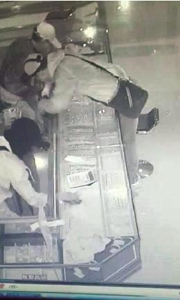 珠宝店深夜失窃响警报店员因打不开门当误报