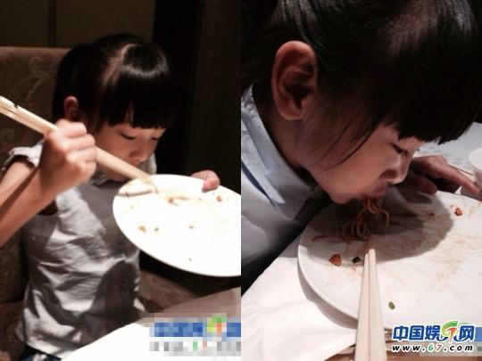 细数萌娃夸张吃相:嗯哼大王护食不顾狗狗 甜馨狂啃冰淇淋