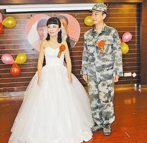 解放军婚礼前执行任务 婚宴将尽穿迷彩服赶回
