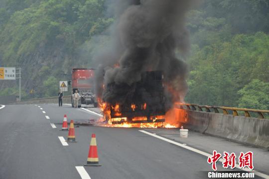 云南硫磺石运输车行驶中自燃消防紧急扑救(图)