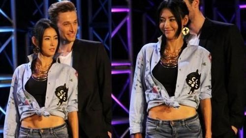 节目上,状态甚好的柏芝,跟男模特儿合照时大秀纤腰,并露出腰间纹身.
