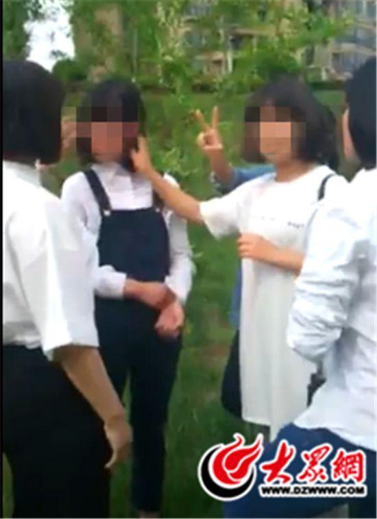 山东8名女生群殴女同学对刀手比剪女生拍照镜头街头架子鼓图片