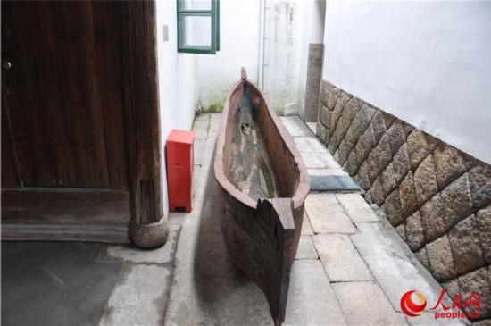 考古发掘出来的古代独木舟.(人民网记者 薛婧摄)