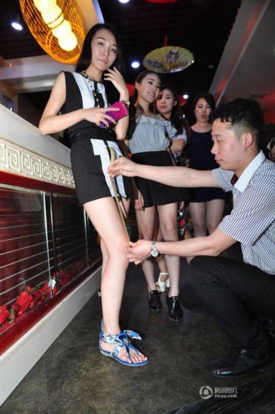 济南某火锅店促销 女士穿短裙可打折