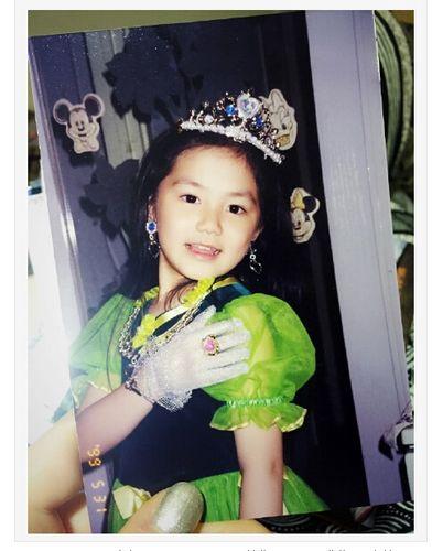 邓紫棋晒童年美照头戴皇冠身着绿色公主裙(图)