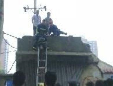 男孩爬屋顶玩耍被高压电击倒腾起大火球(图)