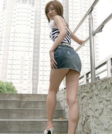 司机看美女致追尾 美女夏日穿超短裙如何防走光?