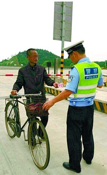 @湖南高速警察:男子高速公路上骑自行车遇高速交警巡查,却问交警需要交多少过路费才肯放行。大侠,你是从哪个朝代穿越过来的!@Hi都市报