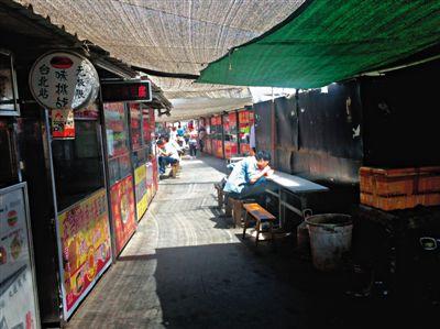 """打扫后干净整洁的""""小吃一条街"""",许多商贩当日没有开张。"""