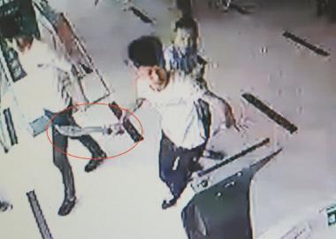 成都保安阻止小伙偷车3人拿刀冲进银行追砍(图
