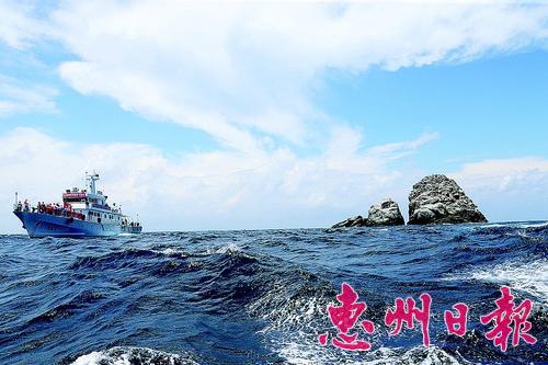 ▲采访团成员乘坐中国渔政船抵达针头岩附近海面。