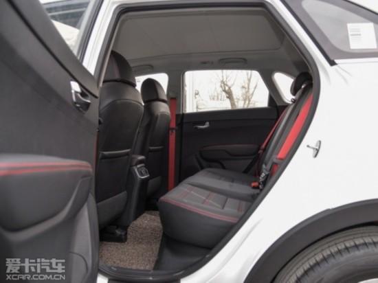 前排座椅内部填充物柔软,对背部和大腿也有着不错的支撑,舒适性值得肯定。尽管2590mm的轴距令空间表现中规中矩,但起亚KX3的实际乘坐表现还是可圈可点的。美中不足的就是缺少后排空调出风口和中央头枕。