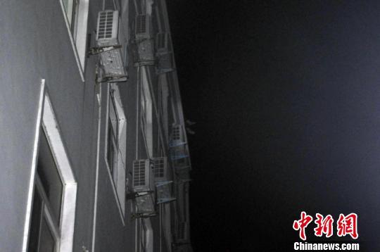 智障女夜间上演楼顶连环跳消防官兵多次施救(图)