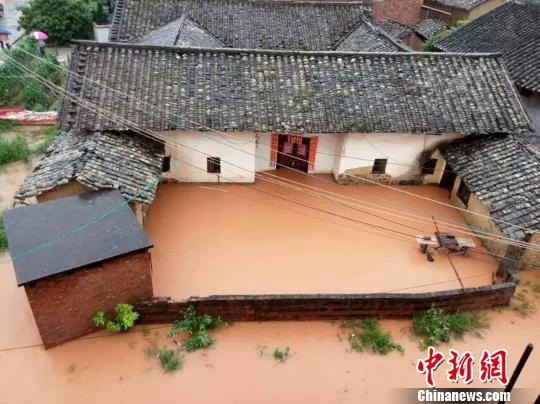 广东河源受强降雨影响六座水库溢洪