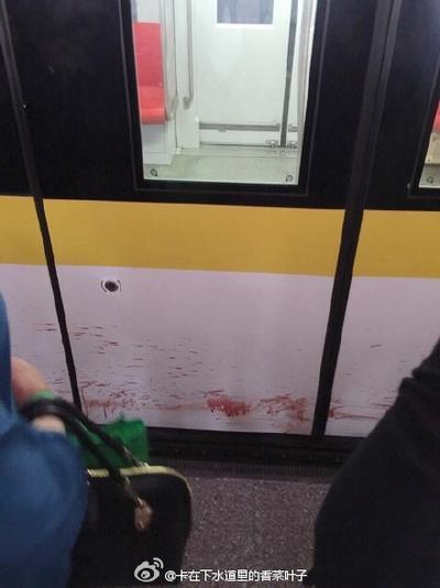 上海地铁3号线男子落轨身亡 地铁停站超20分钟车厢外现血迹