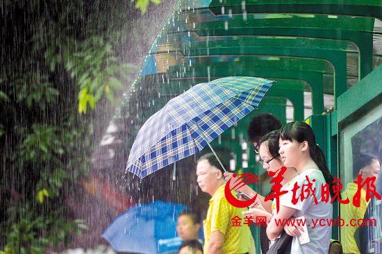 广州近日连下暴雨,市民在大雨滂沱中艰难出行