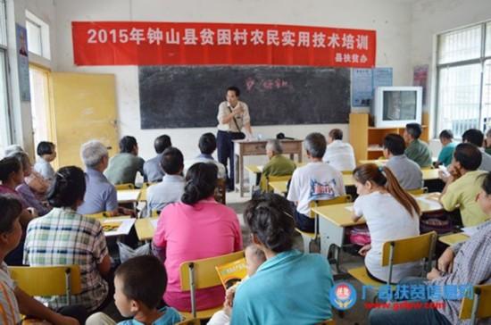 钟山县扶贫办到两安瑶族乡小白村开展农民实用技术培训