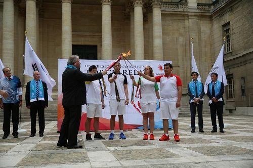 图为当地时间18日在法国举行的光州大运会圣火采集仪式现场。(韩联社/光州大运会组委会)
