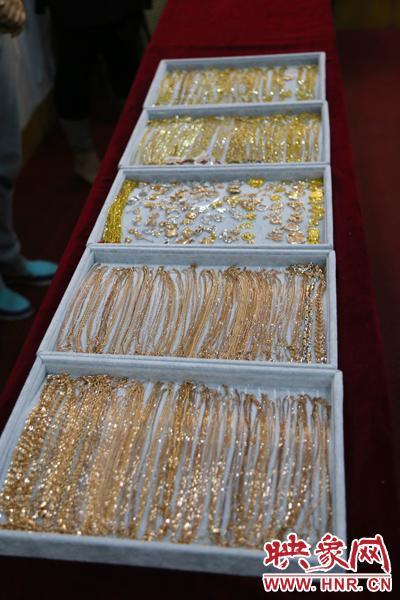 被盗的全部是18K金首饰,一共约一公斤左右,价值80余万元。