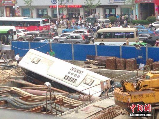 南昌公交冲进地铁施工现场 事故车辆被吊离