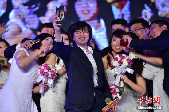 北京三十对新人办集体婚礼 卢庚戌献唱《一生有你》