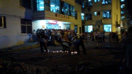 大学生520表白被保安带走 学生围攻警务科