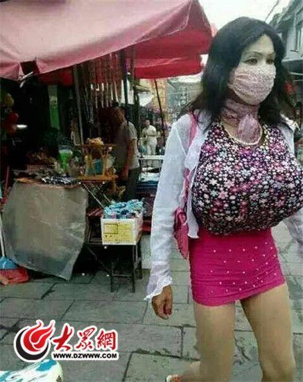 山东一男子装扮成巨胸女到女厕所偷窥(图)