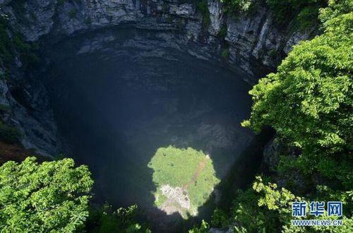 湖北宣恩现神秘天坑 深达290多米