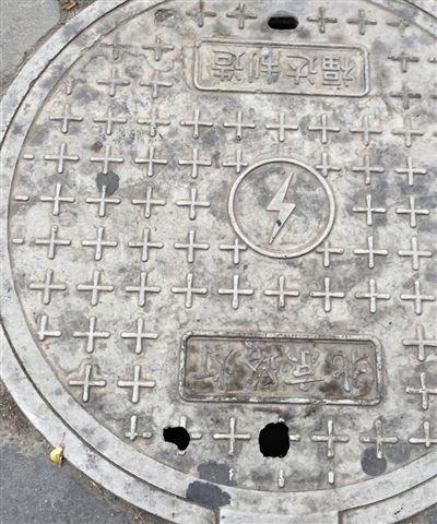 昨天,海淀区万寿路人行道上的复合股料井盖破坏。杨茜