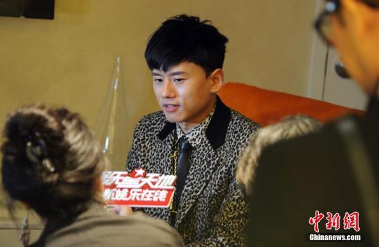 张杰与外国歌手合唱未出声:我不敢张嘴