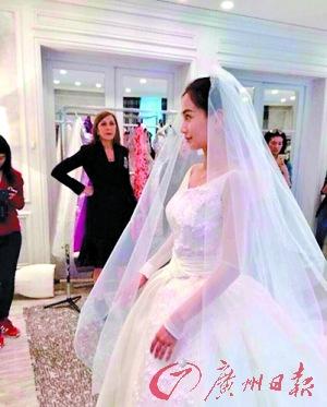 Angelababy试婚纱满脸笑容 穿白色婚纱气质优雅