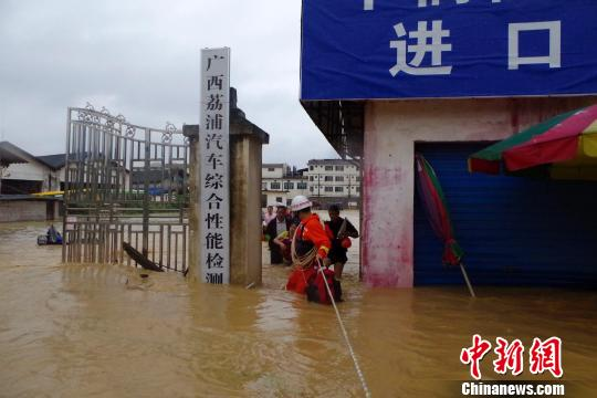 图为遭遇洪涝的荔浦县城。 蒋欣 摄