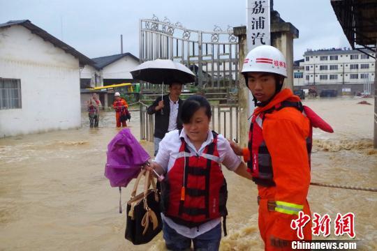 广西桂林荔浦县遭洪水侵袭致17人被困