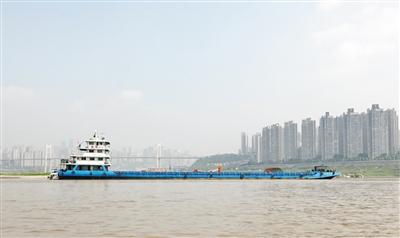货船载着2300吨货物凌晨搁浅江中 海事部门救援