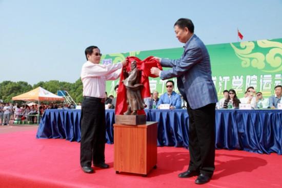 武当山特区武术局局长徐耀进向学校赠送张三丰铜像