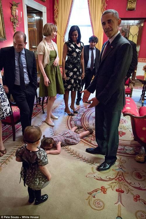 """""""捣蛋鬼""""白宫发脾气趴地上 抢镜奥巴马"""