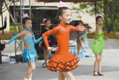 小萝莉夺得广场舞冠军 让大妈们好感叹